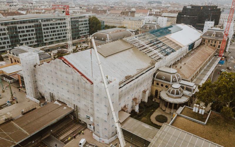 Megérkezett a Nyugati pályaudvar első, felújított tornya: a 19 méteres építményt már a helyére is emelték - videó