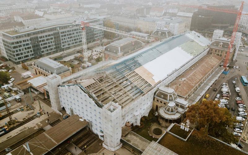 Látványosan halad a Nyugati pályaudvar tetőszerkezetének építése